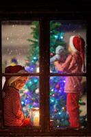 söta barn, dekorera julgran, otåligt väntar f foto