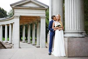 glad brudgum och brud i bröllop gå foto