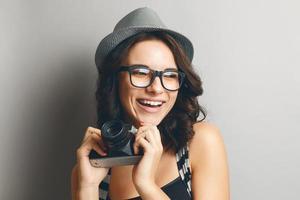 vacker flicka i en hatt och glasögon. foto