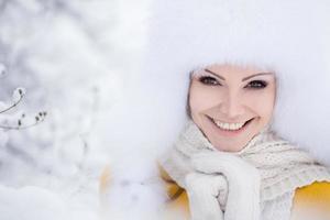 vinter porträtt av en vacker ung kvinna. foto