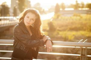 vacker le ung kvinna utanför foto