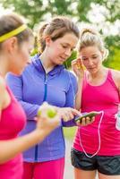 vänskap och fitness i parken foto