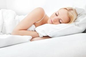 ung vacker kvinna som sover foto