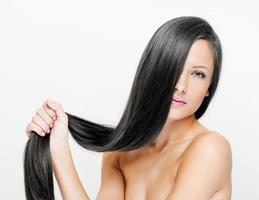 kvinna med långt hår i skönhet foto