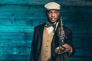 afrikansk amerikansk jazzmusiker med saxofon. foto