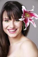 kvinnor med blomma i håret foto