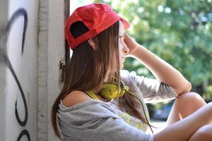 vacker flicka tittar ut genom fönstret foto