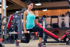 kvinna träning med hantlar foto