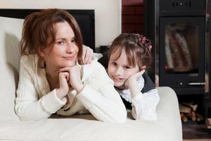 vacker, glad mamma och dotter foto
