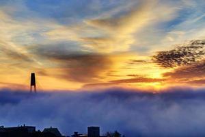 soluppgång i en dimmig morgon foto