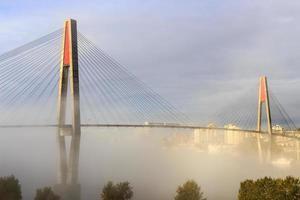 skytrain bridge och en stad foto