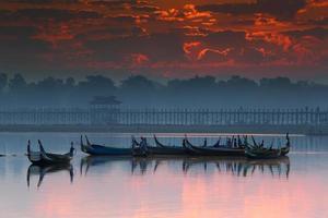 gammal träbro vid u-bein bron, mandalay i myanmar