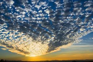 fantastisk kväll solnedgång molnig himmel med moln kupol foto
