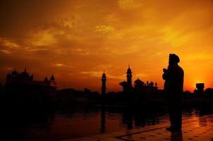 sikh bön vid gyllene templet, amritsar foto