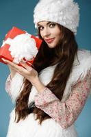 flicka klädd i jultomten kläder foto