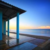 strandbadhus kolonnadarkitektur, hav på morgonen. tuscany foto