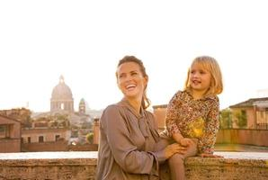 mamma och baby flicka på gatan i Rom