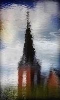 reflet du clocher d'une petite église foto
