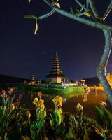 natt scen av pura ulun danu tempel foto
