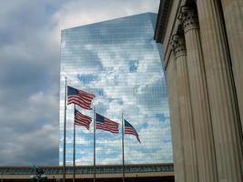 amerikanska flaggor med moln foto