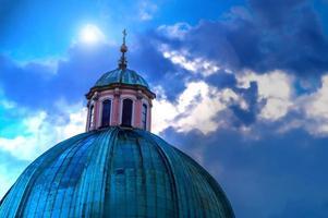 kupolen av kyrkans närbild på natthimlen foto