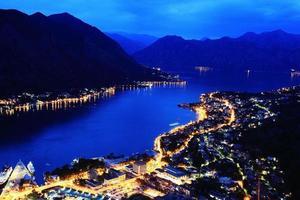 europeiska staden vid kusten attraktioner arkitektoniska element foto