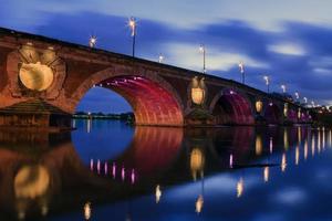 ljus på en bro i toulouse stad foto