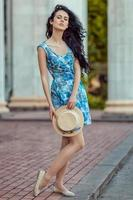 vacker flicka som håller en hatt i handen. foto