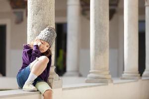 liten flicka i telefonen foto