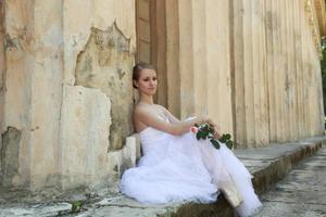 vacker ballerina i forntida kolonnad foto