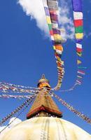 bodhnath stupa i bakgrunden för kathmandu detalj blå himmel