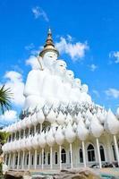 vit buddha staty i phasornkaew templet foto