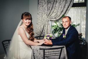 charmig brud och brudgum på deras bröllopsfirande i a foto