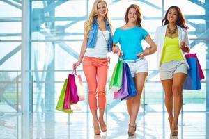 tjejer i köpcentret foto