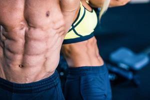 muskulös mans och stark kvinnors överkropp foto