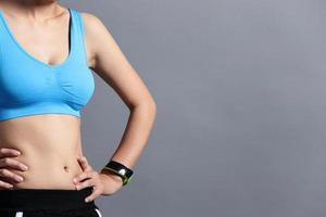 sport kvinna bär smart klocka foto