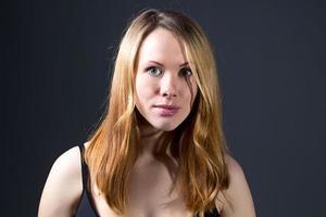 porträtt av vacker kvinna med rött hår foto