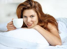 kopp te i sängen foto