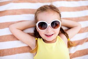 bedårande liten flicka på semester foto