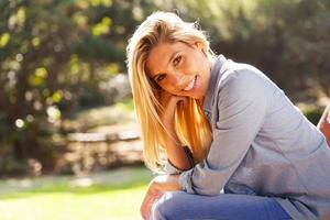 ung kvinna som sitter utomhus foto