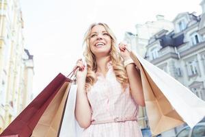 blond tjej som har kul efter shopping foto