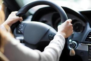 kvinna som kör sin bil foto