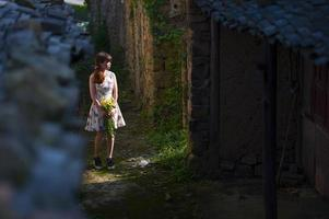 kvinna som går på den kinesiska landsbygden foto