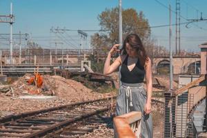 vacker brunett poserar i ett industriellt sammanhang foto