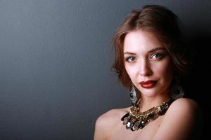 porträtt av ung vacker kvinna med smycken foto
