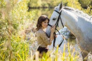 porträtt av en vacker brunhårig tjej foto