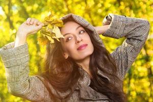 attraktiv tjej med blad, höst foto