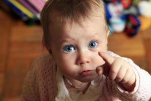 vacker liten flicka foto