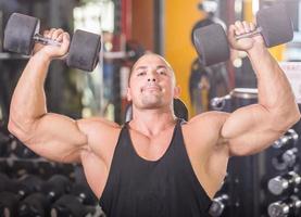 kroppsbyggare på gymmet foto
