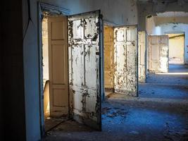 ruiner av ett gammalt sjukhus. foto